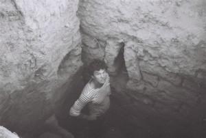 Незиньковский Сергей во внутреннем коридоре крепостной стены. Какая удача: на небольшом участке раскопа обнаружена бойница!