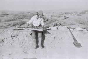 Скугарова Наташа в солдатской панаме чертит раскоп.