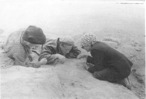 На раскопках буддийской ступы у Гяур-калы (справа З.И.Усманова, в середине Г.А Кошеленко)