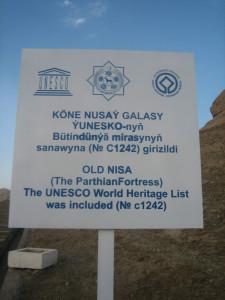 Щит у входа на городище Старая Ниса находится под охраной ЮНЕСКО.